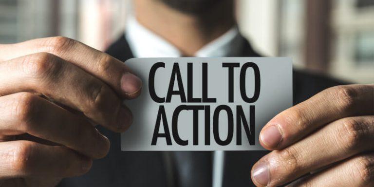 Beitragsbild Call To Action - Mann hält Zettel mit Aufschrift Call To Action in der Hand