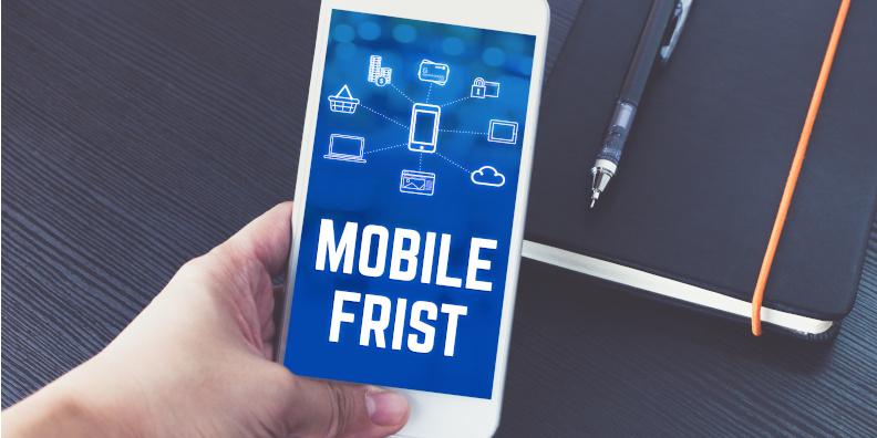 Beitragsbild, Smartphone in der Hand, Aufschrift Mobile First Index