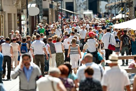 Fußgängerzone voll mit Menschen und mitten drin der White Hat Jedi